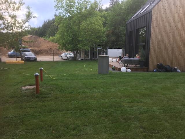 Ruloninės vejos įrengimas miško ardų demo būsto objekte